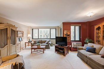 Oversized 1 bedroom in UES full service building